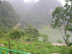 Hồ Thăng Hen được tạo thành từ 36 hồ nước bao bọc bởi núi non hùng vĩ.