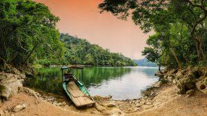 Ao Tiên nằm trên đỉnh núi Ba Bể quanh năm nước trong xanh