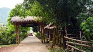 Bnả làng sạch sẽ, đẹp với lối kiến trúc truyền thống