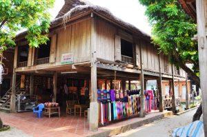 Những ngôi nhà bày bán đò thổ cẩm