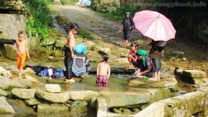 Tắm suối ở bản Lao Chải