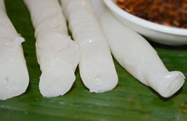 Bánh gật gù được cuộn tròn lại thành từng chiếc bánh dài, trắng mịn