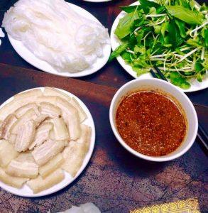 Bánh ướt Phương Lang ăn kèm với rau sống,thịt heo
