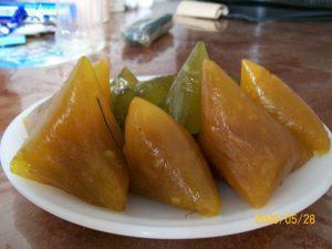 Bánh vắt vai của người Cao Lan được dùng để biếu cho họ hàng xa, nó có mùi thơm của đậu, vị dẻo của nếp và mùi ngai ngái của ngải cứu