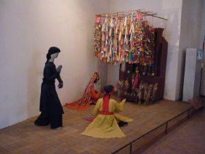 Một gian trưng bày mô hình nghi lễ thờ cúng