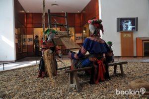 Người Mông đang dệt vải