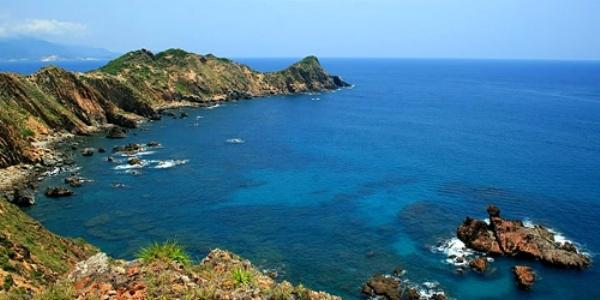 Biển Quy Nhơn quấn hút với làn nước trong xanh, bình yên