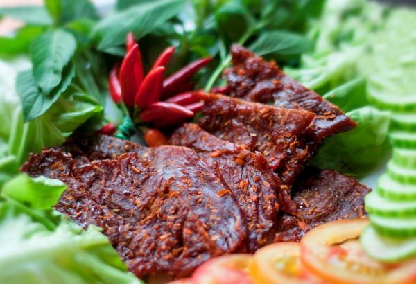Bò một nắng Phú Yên được chế biến từ con bò ăn trên đồng cỏ.