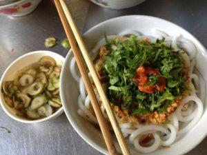 bún đũa Nam Định có nước dùng thơm lừng,béo ngậy với những sợi bún to tròn như cái đũa, ẩn hiện dưới lớp mỡ hành có màu vàng của gạch cua, màu trắng của giá và những sợi rau thơm phía trên cùng