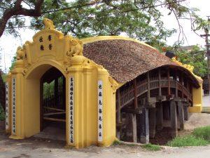 Phần trên và dưới liên kết với nhau bằng hệ thống các cột tròn dựng dọc hai bên thành cầu và cổng xây ở hai đầu.