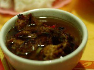 Bát chả nướng thơm ngon, ăn kèm với bánh cuốn Phú Lý là tuyệt vời nhất