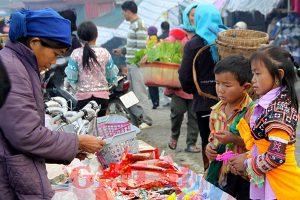 Những đứa trẻ cũng xuống chợ mua đồ