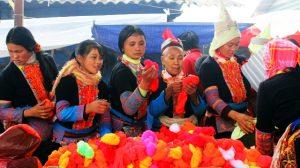 Những phụ nữ Mông tại hàng len sợi