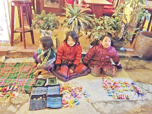 Những đứa trẻ vùng cao đáng yêu bán hàng