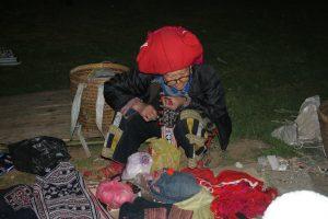 Một bà cụ ở Sa Pa với những món hàng thủ công truyền thống