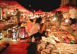 Những gian hàng ngăn nắp là ấn tượng của nhiều du khách khi đến chợ đêm