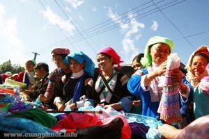Phụ nữ các dân tộc tại một của hàng vải