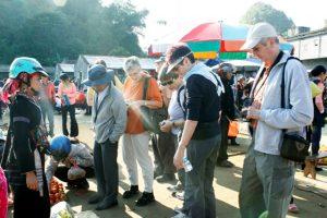 Nhiều khách Tây thích thú khám phá chợ San Thàng