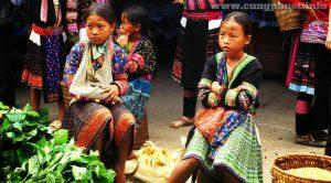 Những cô bé tham gia bán hàng trên chợ