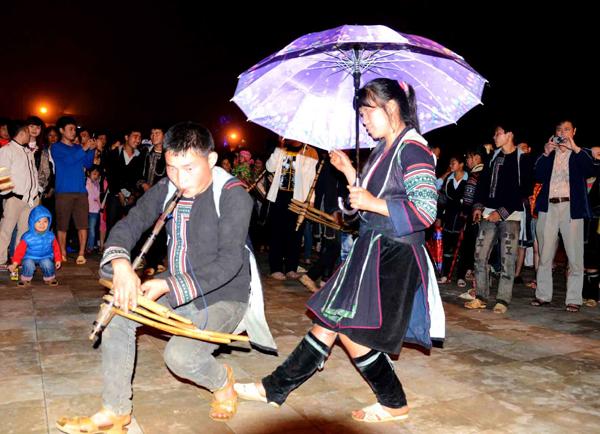Những hình ảnh quen thuộc trong phiên chợ tình vào tối thứ 7 tại sân nhà thờ cổ Sa Pa