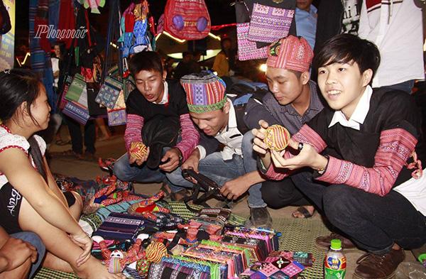 Chợ tình Mộc Châu còn là dịp để những chàng trai , cô gái vui chơi, tìm kiếm bạn đời