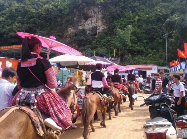 Những người Mông đi chợ bằng ngựa chứng tỏ gia đình họ giàu có