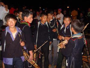 Những chàng trai cầm đàn vài đài catseet lên phiên chợ để mở cho cô gái nghe, nếu thích cô nào sẽ tặng quà cho cô gái ấy
