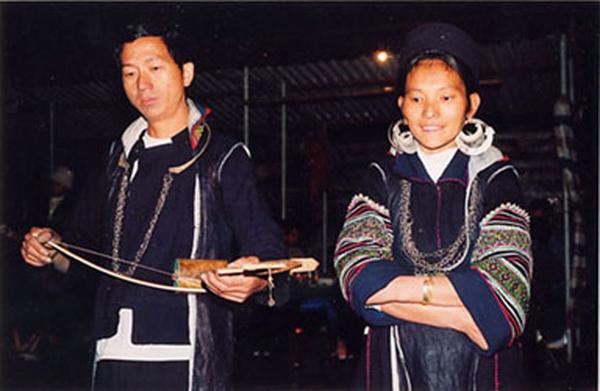 Đôi vợ chồng người Dao trong chợ tình