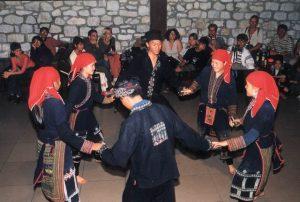 Những chàng trai, cô gái nhảy múa trong chợ tình