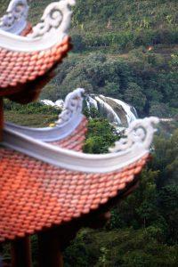 Từ chùa trúc lâm thiên tự, du khách có thể ngắm nhìn thác bản giốc đẹp mơ màng phía xa