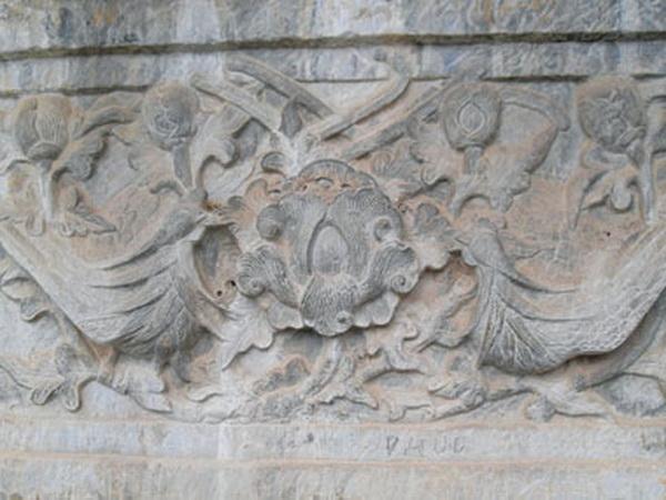 Phù Điêu được chạm khắc trên cây cầu đá trong chùa