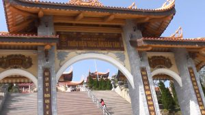 Tam quan chùa Cái Bầu với những bậc thang cao như đi từ cõi trần gian lên nơi thoát tục, xa rời sự ồn ào của cuộc sống