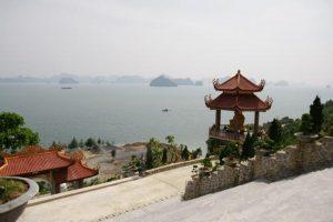 Đứng trên chùa, bạn có thể phóng tầm mắt ra ngắm nhìn biển cả mênh mông