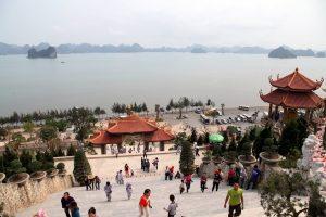 Du khách vãn cảnh chùa Cái Bầu