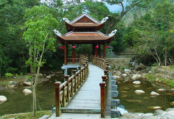 Cầu Giải Oan bên dòng thác