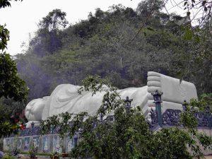 Bức tượng phật nằm bên trong chùa Hang
