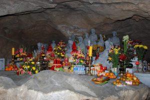 Nơi thò Phật bên trong chùa Hang