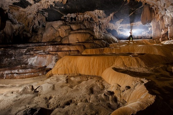 Hang động ở chùa Hang với những nhũ đá kỳ vĩ, đẹp mắt