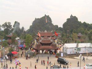 Nhiều du khách về chùa Hang chiêm bái mùa lễ hội