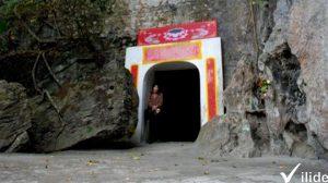 Chùa Thạch Long nằm trong núi, là ngôi chùa hang lớn , rộng,thoáng nhất nước ta