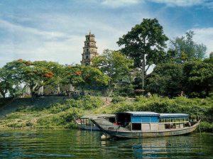 Chùa Thiên Mụ cổ kính nằm bên dòng sông Hương