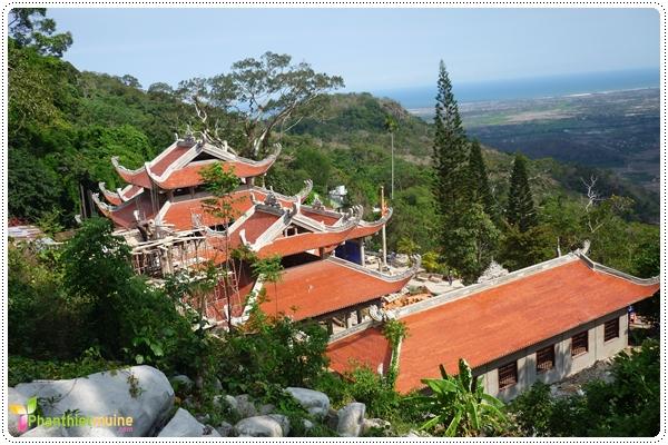 Chùa núi Tà Cú theo kiến trúc Bắc Tông, đây là một trong những ngôi chùa đẹp nhất Bình Thuận với thiên nhiên hùng vĩ tươi đẹp