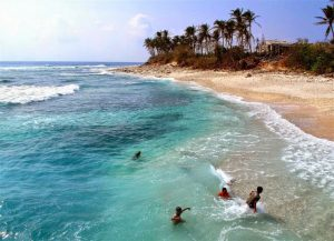 Bãi biển Cô Tô trong xanh