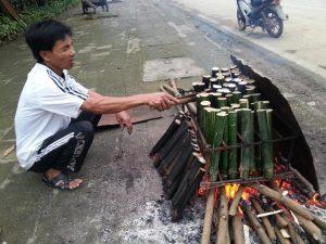 Cơm lam được đót bằng than củi, rơm hay tre đều được