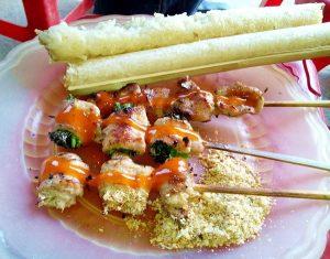 Cơm lam được ăn cùng với thịt nướng, hay muối vừng