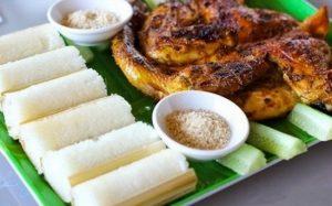Cơm lam có thể ăn với muối vừng, thịt gà nướng hay thịt luộc đều thơm ngon và hấp dẫn