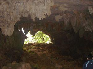 Một hang động nhỏ nằm gần khu vực cổng trời
