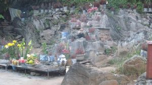 Cồng trời có nhiều bát hương được đặt để cầu khấn, bởi họ cho rằng, nơi đây chính là cổng trời đích thực ở Việt Nam