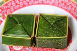 Bánh được làm từ gạo nếp, hoa dành dành, đu đủ, đỗ xanh, dừa