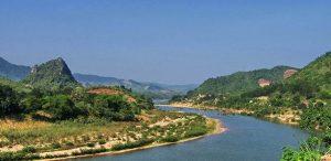 Dòng sông Đakrông thơ mộng bên những ngọn núi